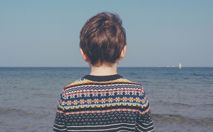 Kid listening to the sea